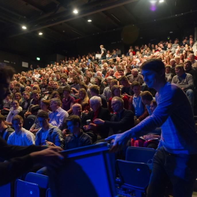 Das Publikum bewertet die Slammerinnen und Slammer des Abends.