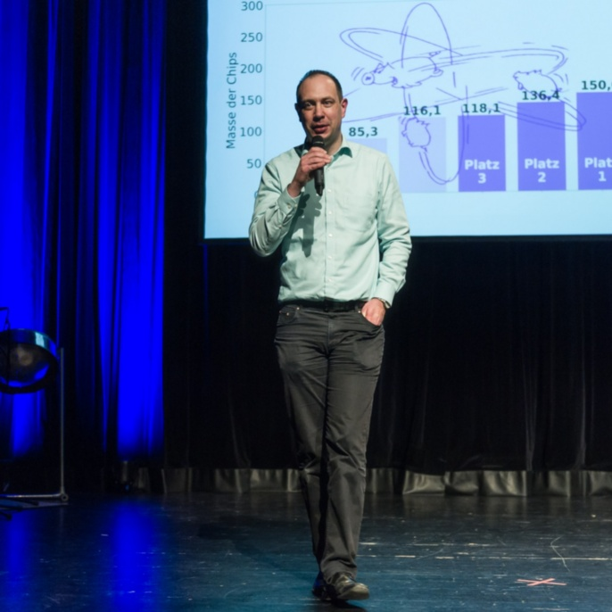 Holger Cartarius announces the winners of the Q-Science Slam 2019..