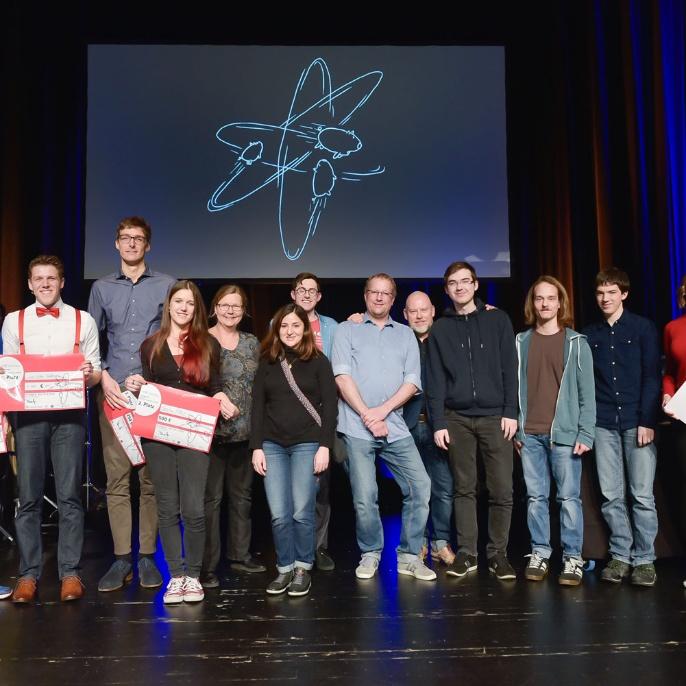 Gruppenbild mit allen Akteurinnen und Akteuren vor und hinter den Kulissen des Q-Science Slam 2020