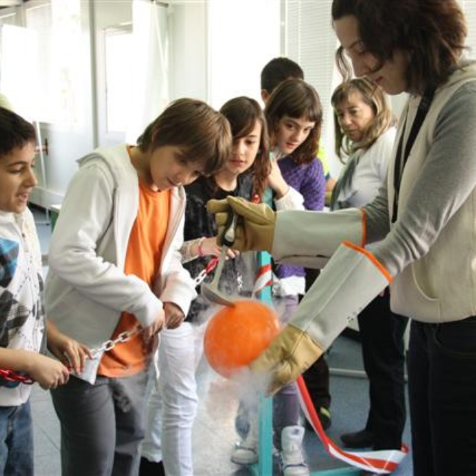 Die Kinder staunen über die Eigenschaften des -196° C kalten flüssigen Stickstoffs.